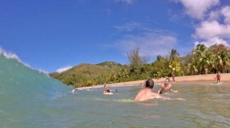 Baignade dans les vagues à Grand Anse en Guadeloupe